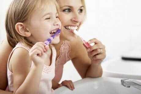diş fırçalayan anne kız