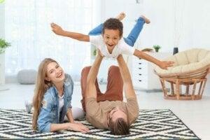 Ebeveynleriyle beraber oynayan bir çocuk