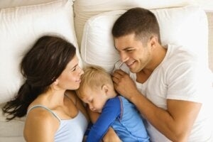 Ebeveynleriyle uyuyan bir çocuk