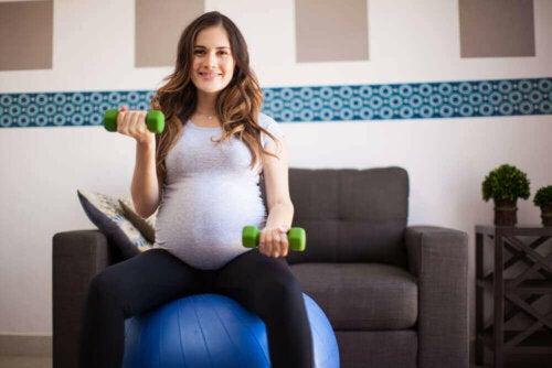 egzersiz topu dambıl hamile kadın