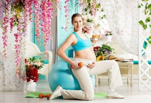 egzersiz topu hamile kadın