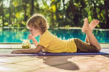 havuz başında oturan çocuk