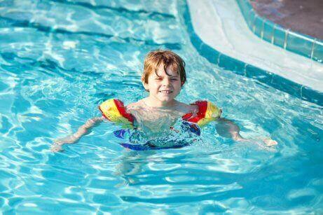 havuzda yüzen çocuk