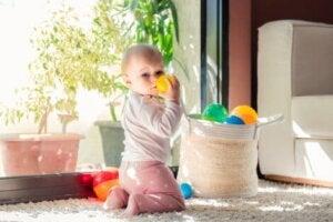 Sepetten topları alan bebek