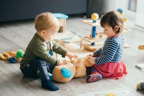iki küçük çocuk oyun