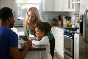 Mutfakta çocuklarıyla konuşan anne ve baba