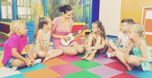 müzk dersinde öğretmen ve çocuklar