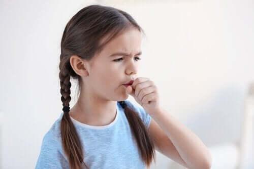 öksüren küçük kız