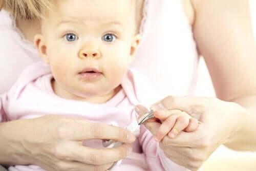 tırnakları kesilen bebek