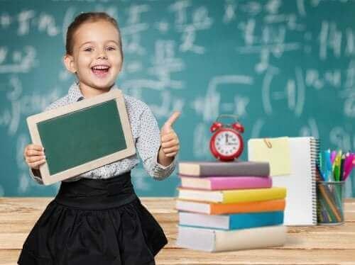 okulda öğrenirken mutlu olan kız çocuğu