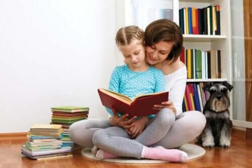 annesiyle kitap okuyan kız