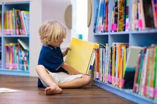 kitap alan çocuk