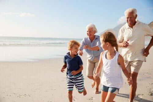 deniz kenarında eğlenen aile