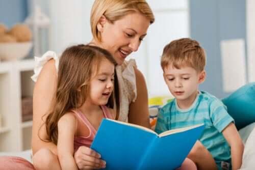 çocuklarına kitap okuyan anne
