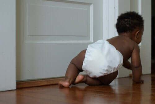 emeklemeye başlayan bebek