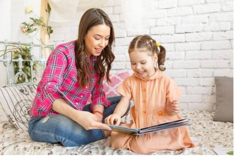 ayılar hakkında hikaye okuyan anne kız