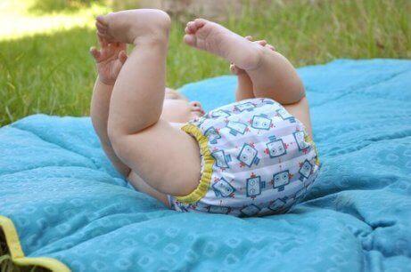 çimenlerde yatan bebek