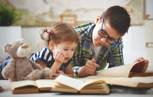Birlikte kitap okuyan kardeşler