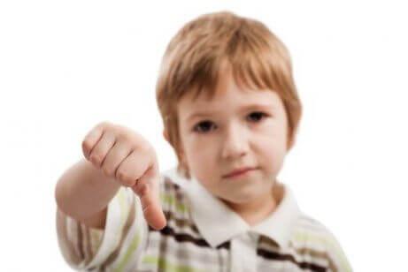 duygularını jestleriyle gösteren çocuk