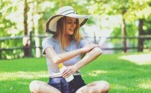 güneş kremi süren genç kadın