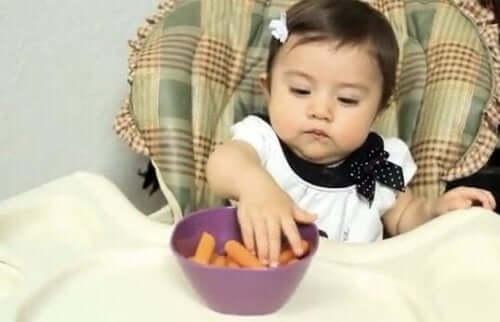 Havuç yiyen bir bebek
