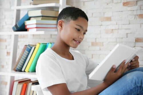 Kitap okuyan bir çocuk