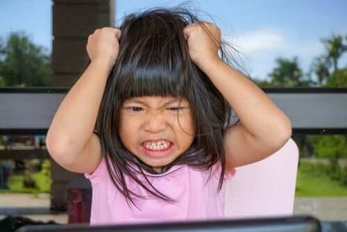 Saçlarını çeken kızgın bir çocuk