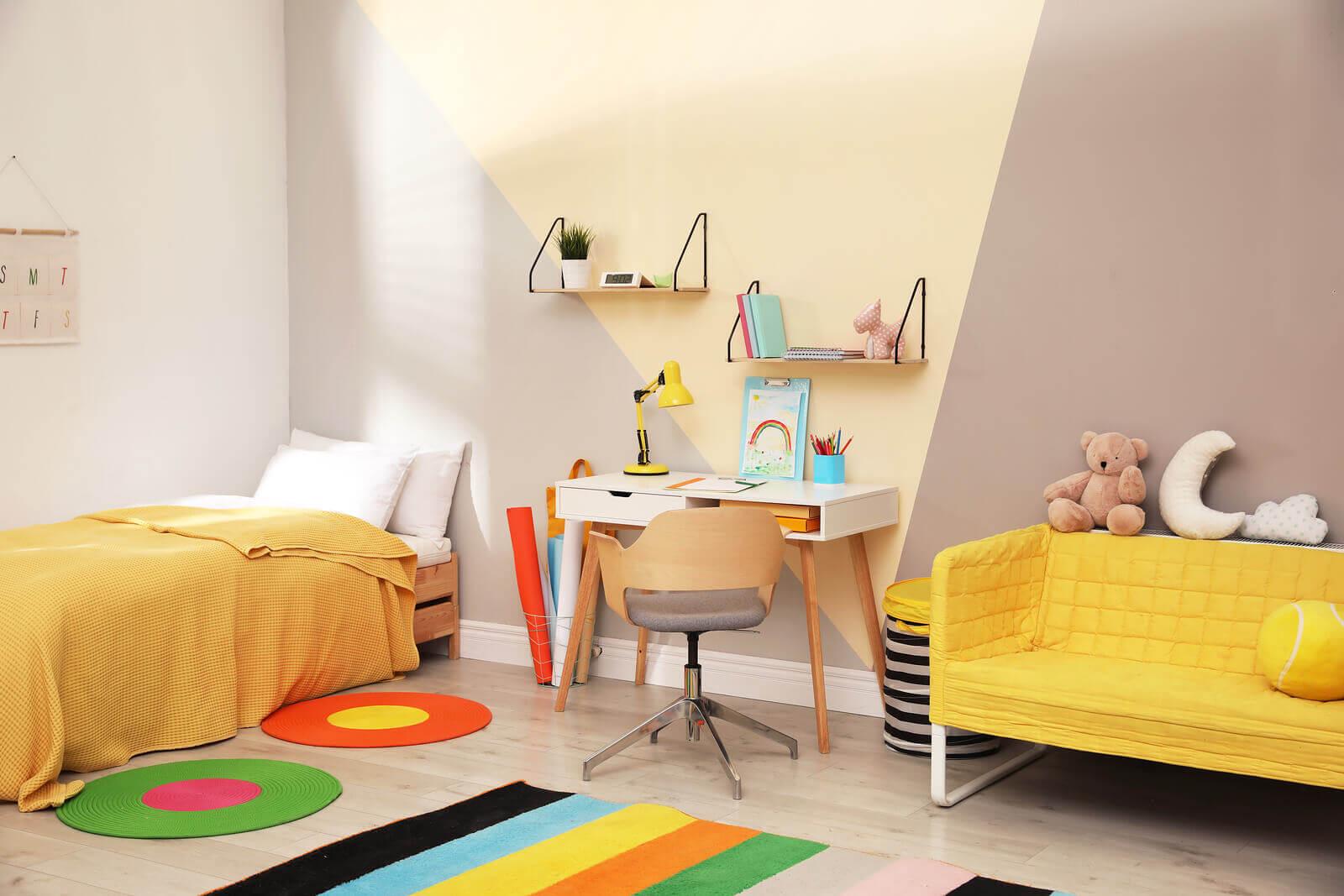 Sarı renkli dekorasyon yapılmış bir çocuk odası