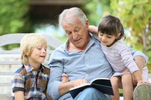 Torunlarına kitap okuyan bir adam