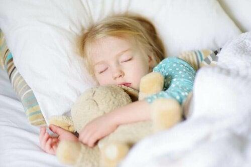 uyuyan çocuk peluş hayvan