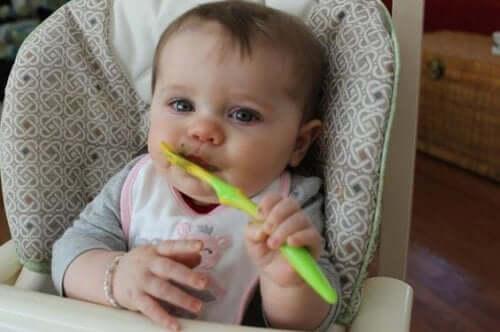 Yemek yiyen bir bebek