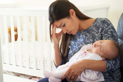bebeği uyutan anne