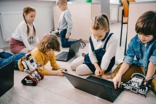 bilgisayara bakan çocuklar