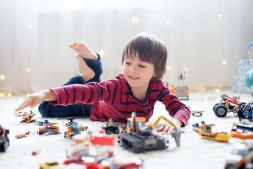 oyuncaklarıyla oynayan çocuk
