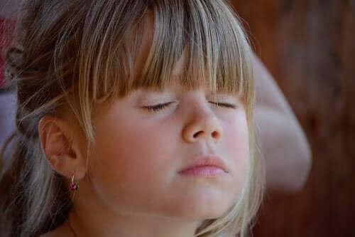 rahatlama egzersizi yapan kız