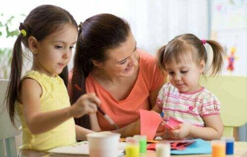 çocuklarıyla ilgilenen anne
