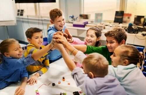 sınıfta oynayan çocuklar