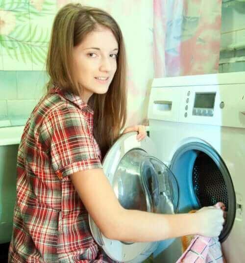 çamaşır yıkayan kız