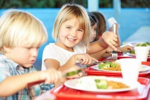 yemek yiyen çocuklar