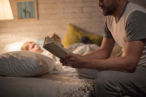 çocuğuna kitap okuyan baba