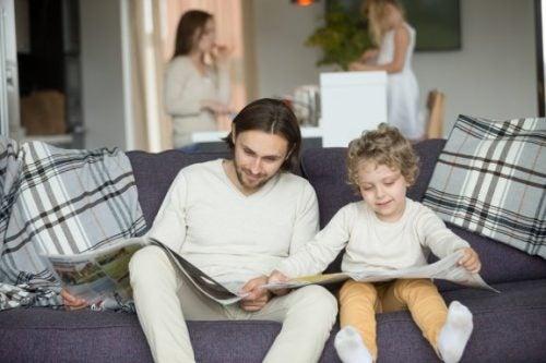 gazeteye bakan baba çocuk