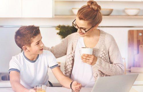 kahve içen anne çocuk