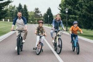 Beraber bisiklet süren bir aile