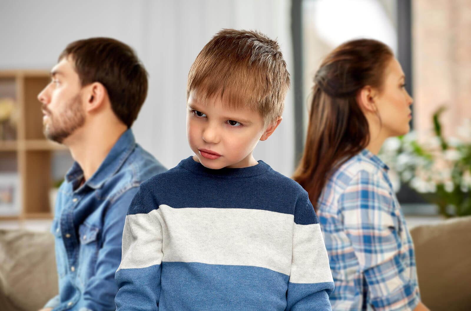 anne ve babasına kızgın olan bir çocuk