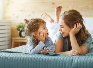 annesi ile konuşan bir kız