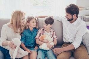 Hep beraber zaman geçirip çocukları dinleyen bir aile