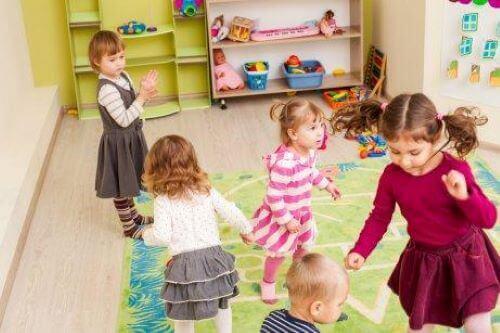 birlikte oynayan kız çocukları