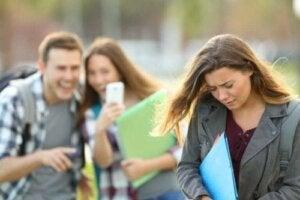 Okulda dalga geçilen bir kız