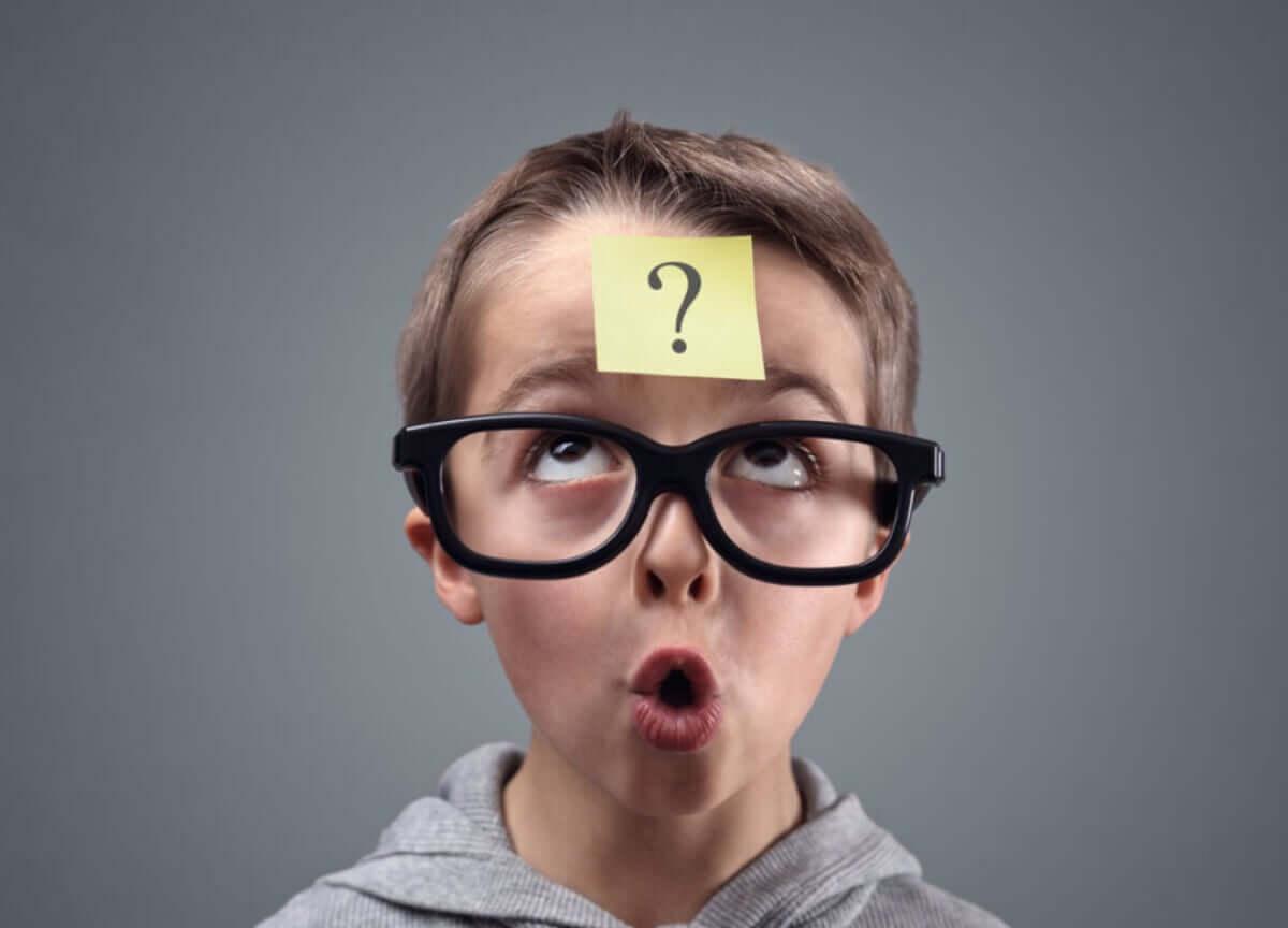 kafasında soru işareti bulunan bir çocuk
