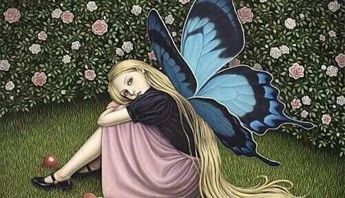 çimlerde kelebek kanatlı kız